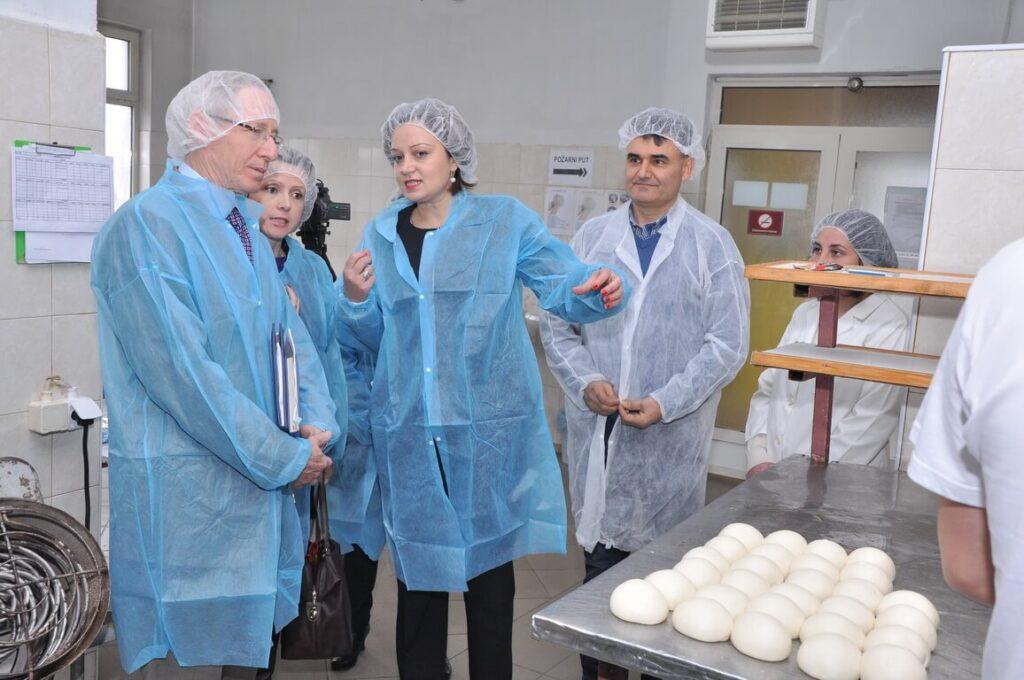 Poseta Ambasadora SAD gospodina Majkl Kirbi slika 4 │ Fabrika pekarskih proizvoda Danija