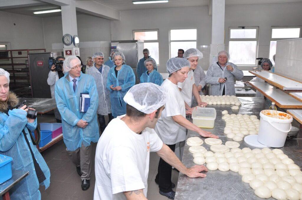 Poseta Ambasadora SAD gospodina Majkl Kirbi slika 5 │ Fabrika pekarskih proizvoda Danija